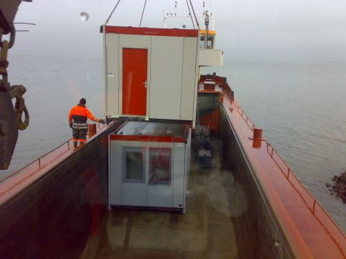 Containers hijsen voor forteiland Pampus